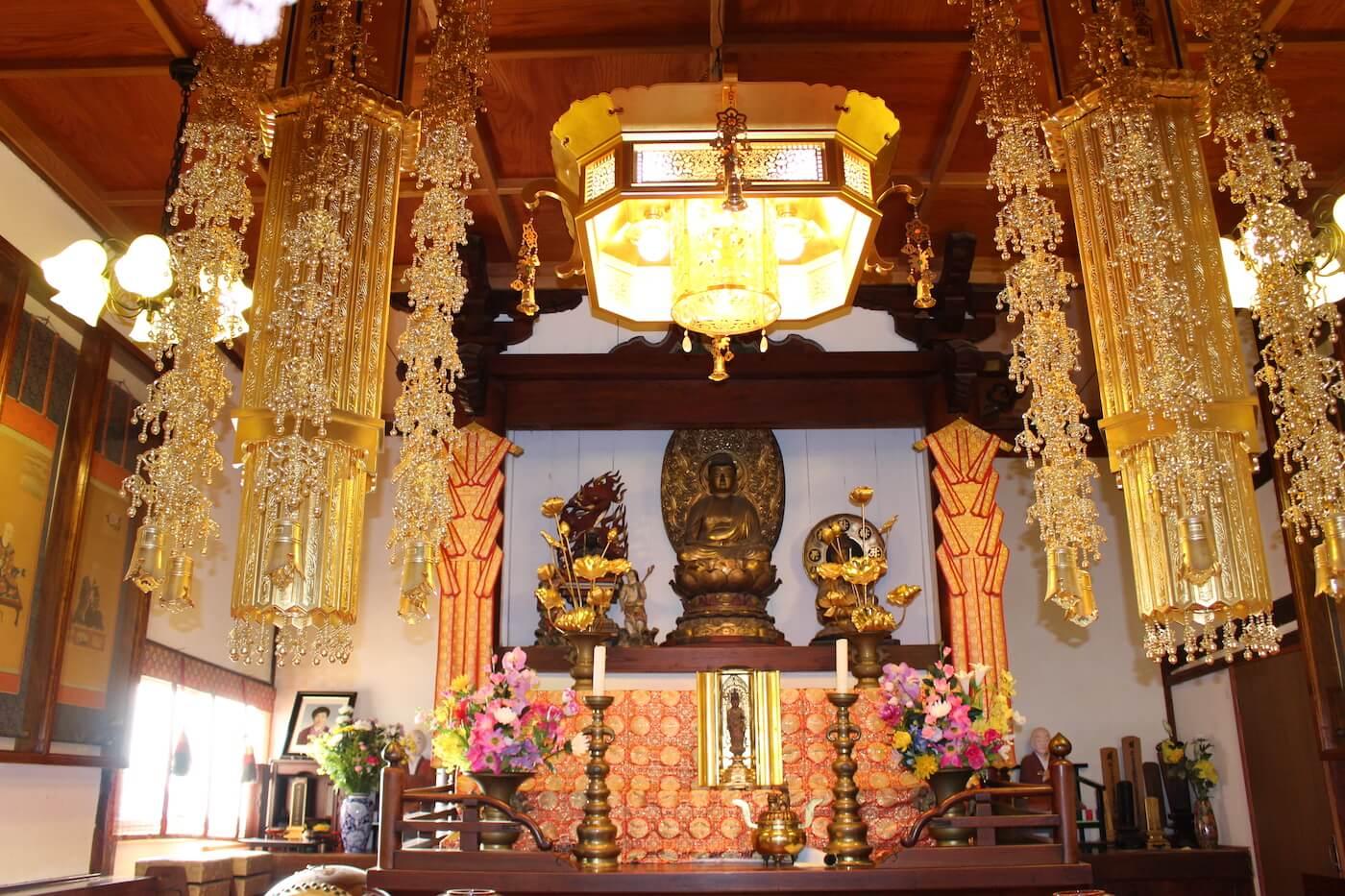 十一面観音菩薩立像が祀られている本堂内
