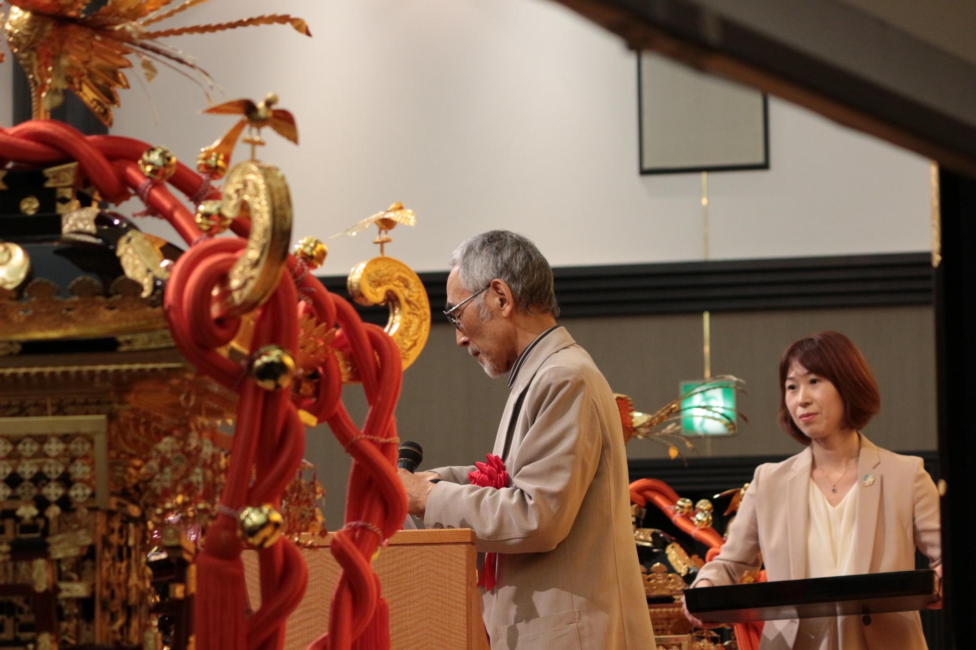 第15回 「あなたのまちへお神輿贈呈」贈呈式にて受賞者を発表する武田徹氏