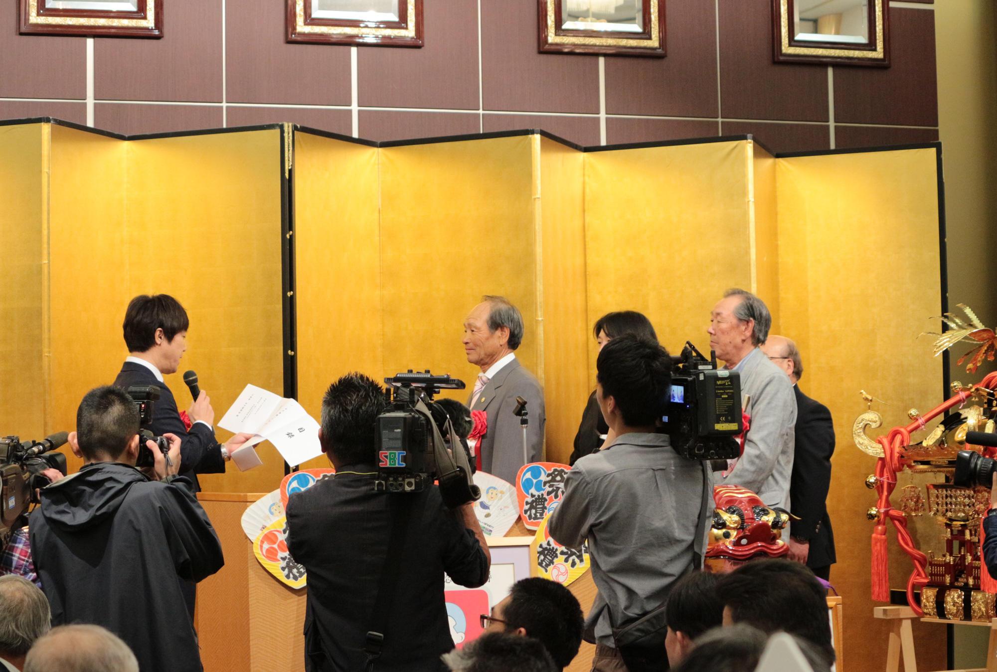 上田市山口自治会の皆様へお神輿の目録を贈呈