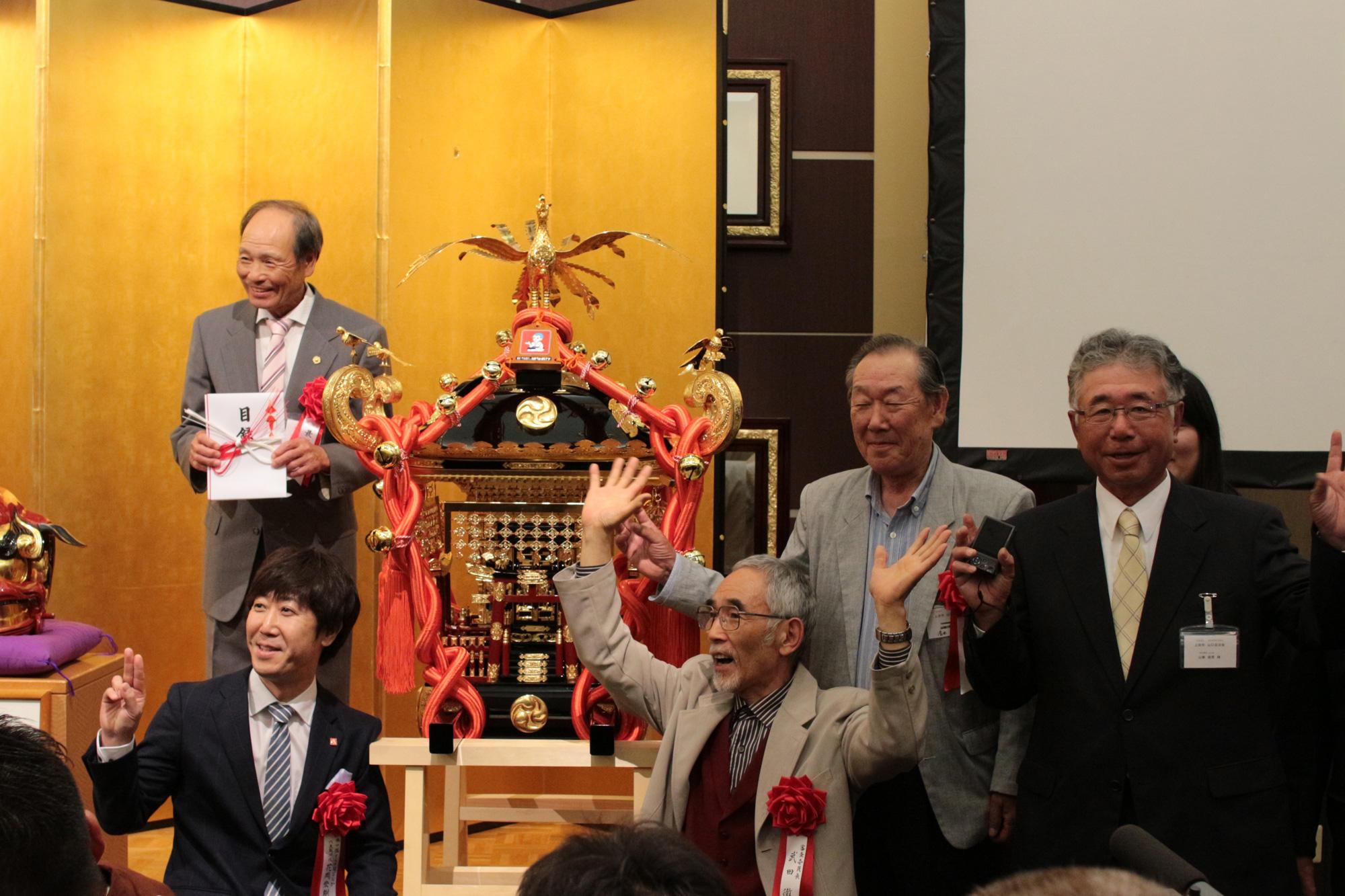 上田市山口自治会の皆様を囲み、記念撮影