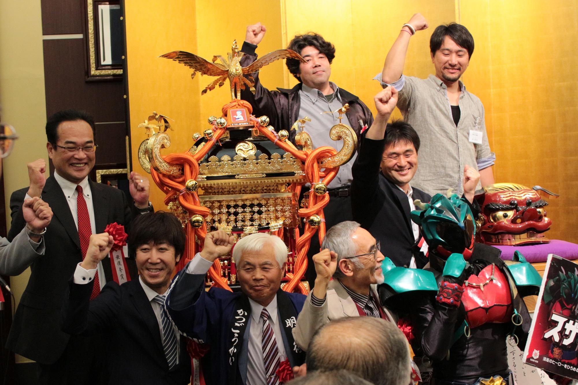 須坂市明徳町の皆様を囲み、記念撮影