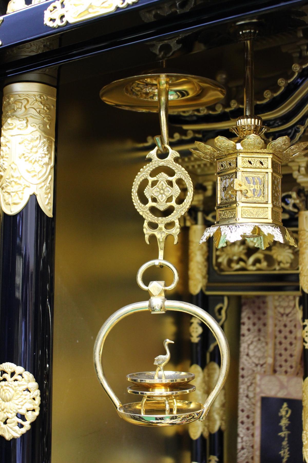 輪灯(リントウ:天井から吊るし主に浄土真宗で使う。本来は皿の部分で火を灯す仏具)
