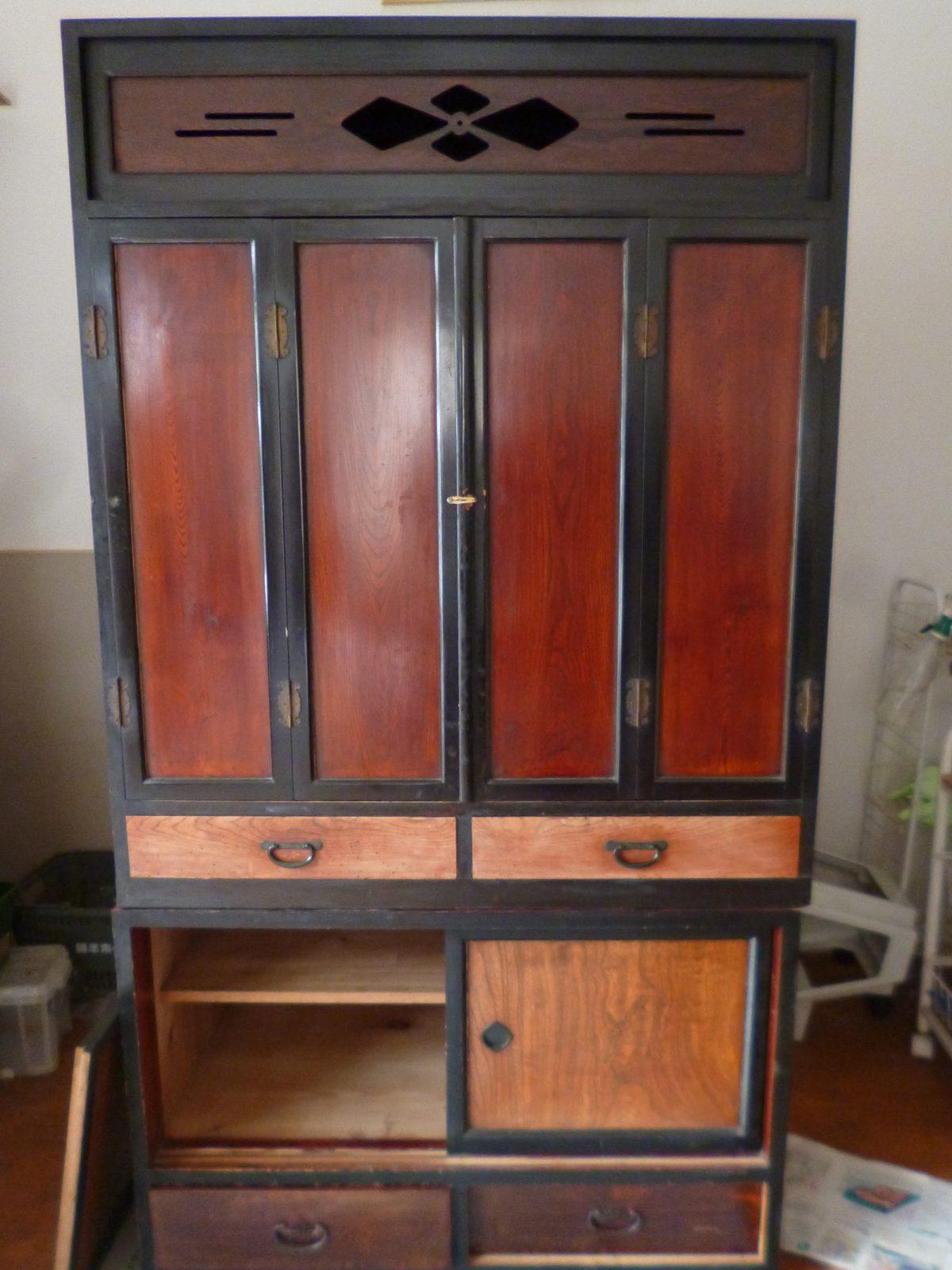 唐木仏壇。扉を閉じた状態。汚れが目立つ