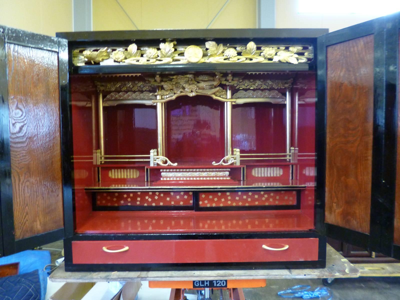 扉補修、お仏壇の奥の色を塗り直し