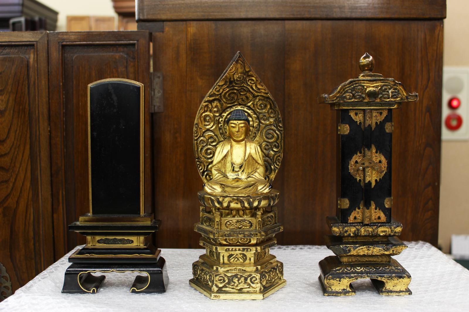 傷みと汚れが激しい本位牌、仏像