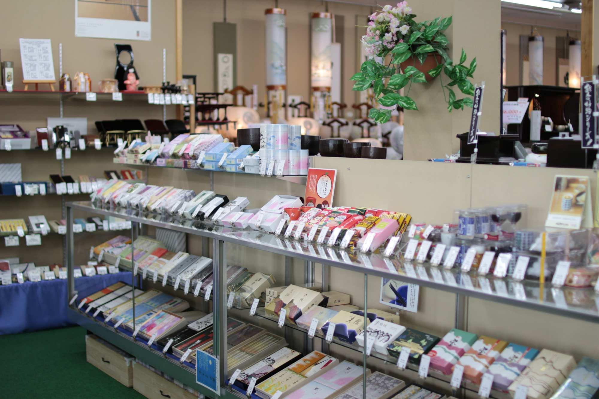 お線香やローソクなど、様々な仏具を展示