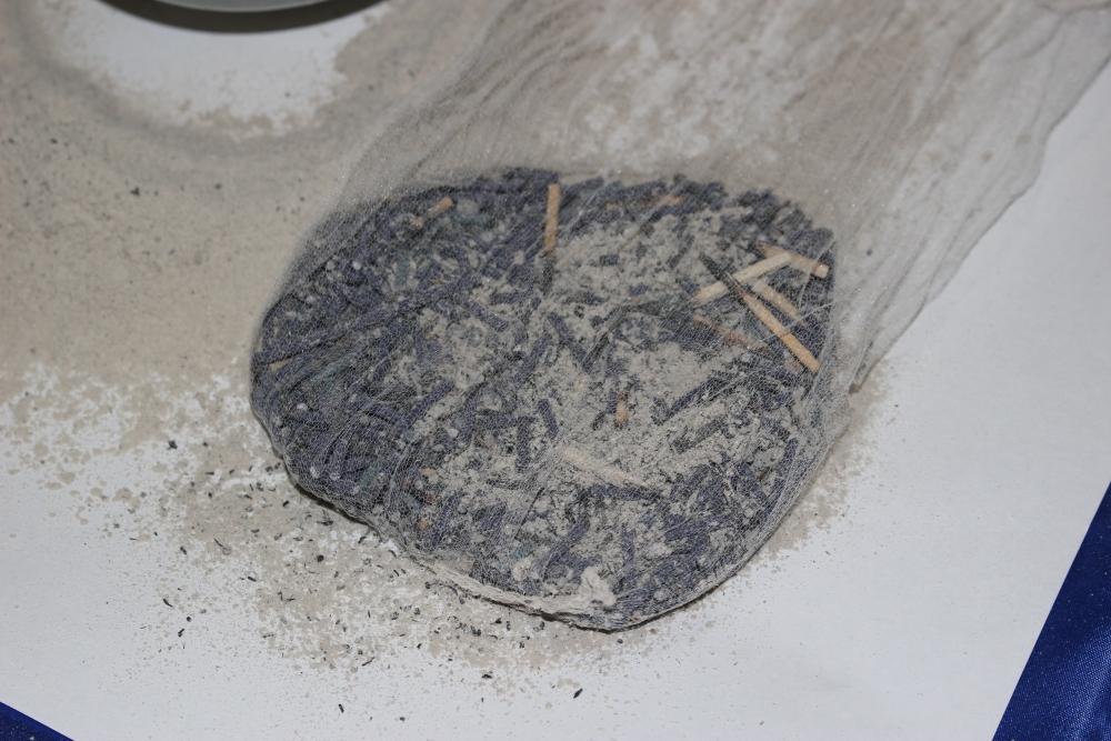 お線香の燃え残りを取り除き、灰を香炉に戻します