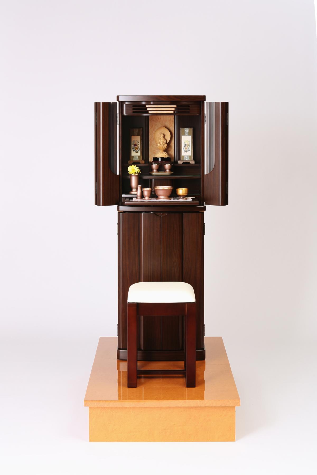 お仏壇。正座しなくていい、椅子に座ったままお参りできる。椅子がセット。