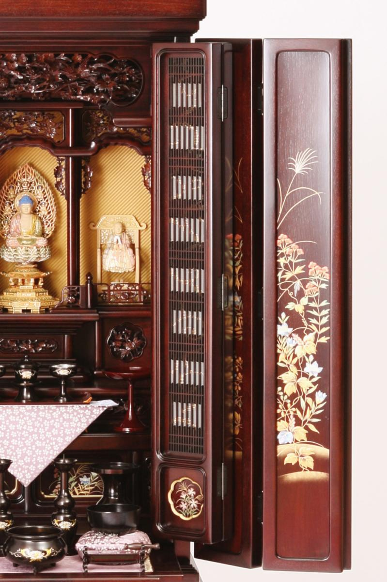 お仏壇の扉にお花の蒔絵が施されたお仏壇