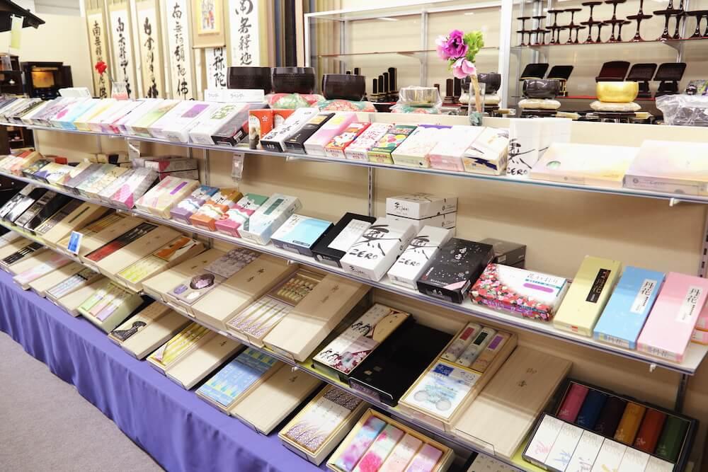 豊富な仏具が店内に並ぶ様子