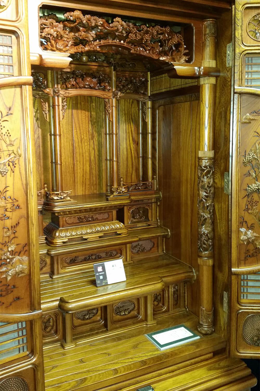 大型仏壇。彫刻が際立つ