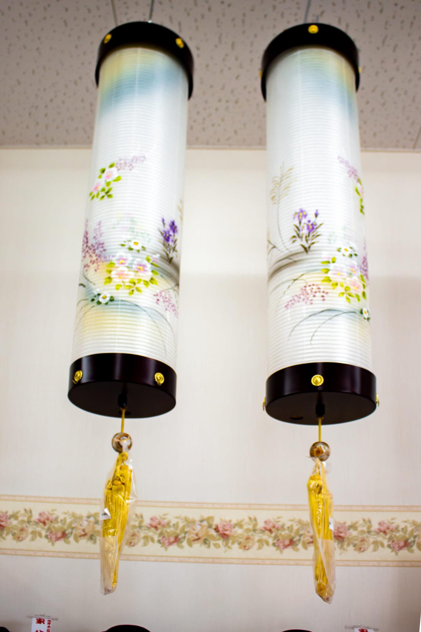 祭壇(お仏壇)の横へ上から吊るす「住吉提灯(すみよしちょうちん)」