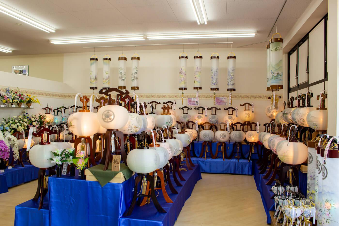 盆提灯が店内に並ぶ様子