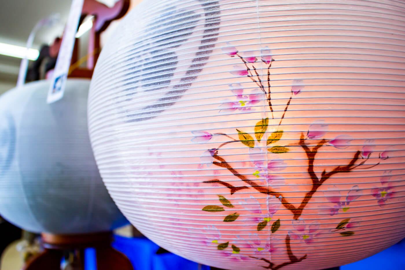 桜の蒔絵が施された大内行灯